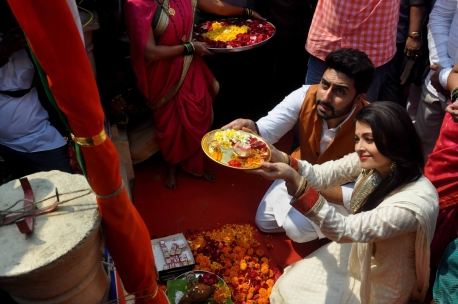 aishwarya-rai-bachchan-celebrates-gudi-padwa-abhishek-bachchan-couple-looks-stunning-together