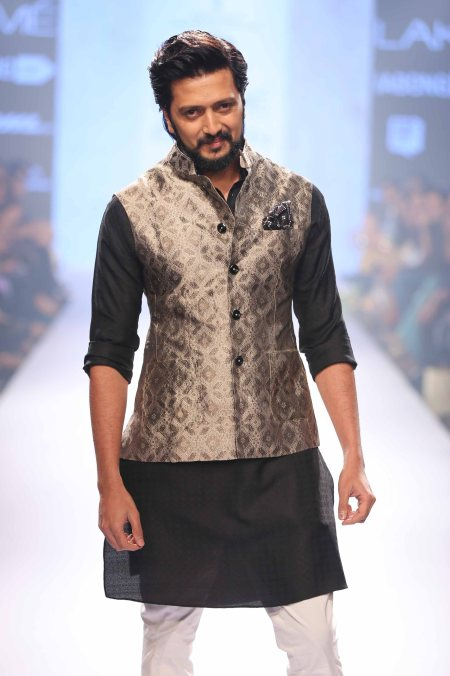 showstopper-riteish-deshmukh-at-lakme-fashion-week-sr-15